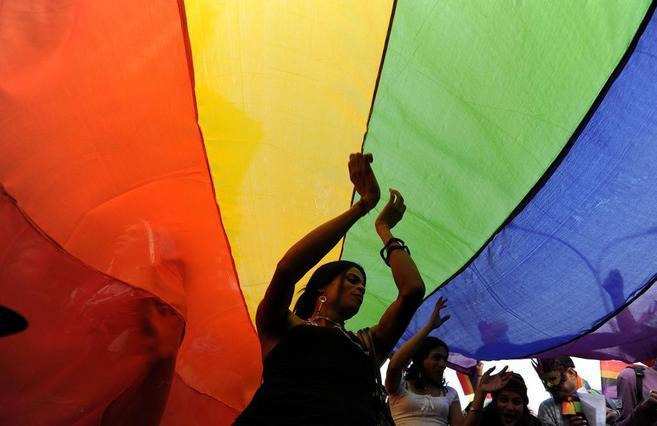 Una bandera con el arco iris durante el Desfile del Orgullo Gay en...