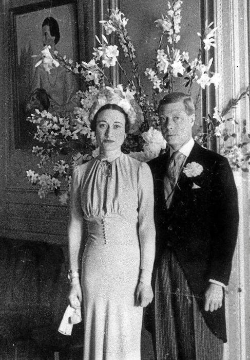 Eduardo VIII y Wallis Simpson, duques de Windsor, posan tras su boda.
