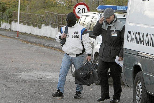 Miguel Ricart en el momento de abandonar la prisión de Herrera de la...