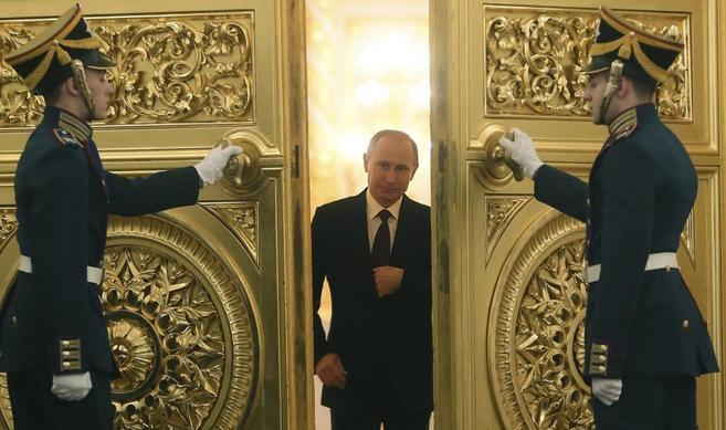 Putin accede a la sala del Kremlin donde se reunió ayer con los...