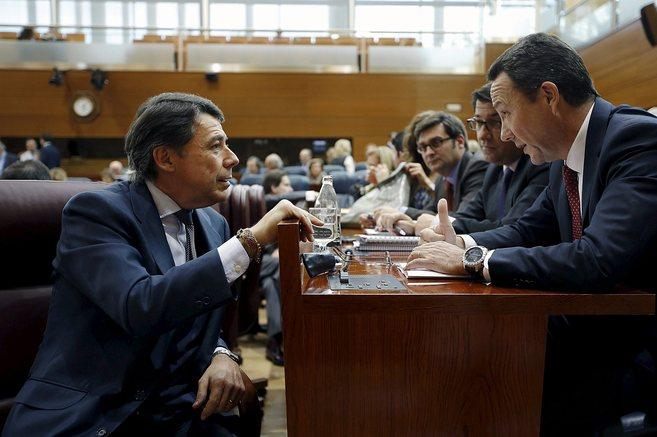 Ignacio González charla con Henríquez de Luna durante el pleno.