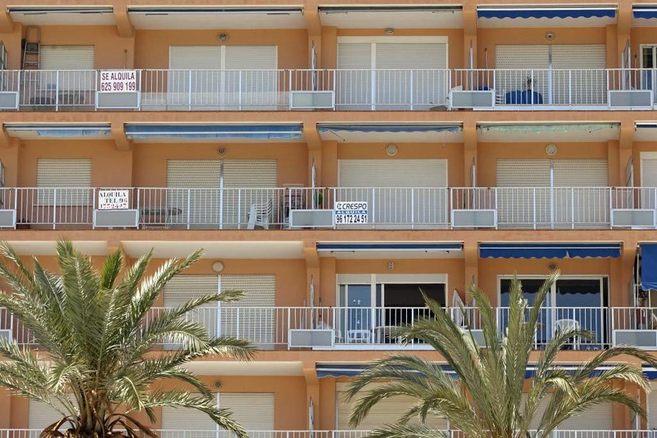 Varios carteles de 'Se alquila' colgados en apartamentos de...