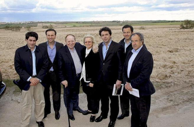 El magnate del juego, Sheldon Adelson (centro) durante su visita a los...