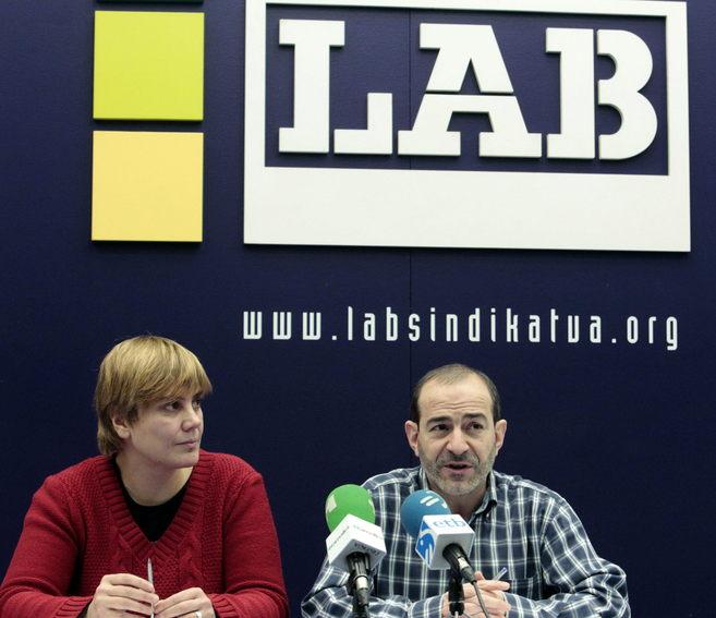 La secretaria general de LAB, Ainhoa Etxaide,  junto a Rafa...