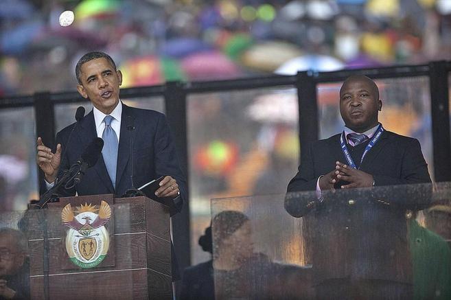 El 'falso' intérprete (dcha.), junto a Barack Obama en la...