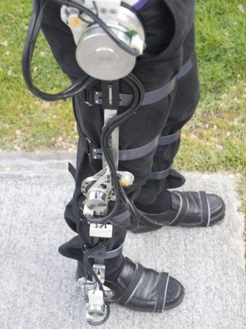 Imagen de un exoesqueleto sujeto a la pierna de un paciente