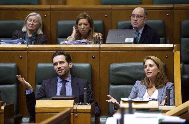 La presidenta del PP, Arantza Quiroga, y Borja Sémper. muestran su...