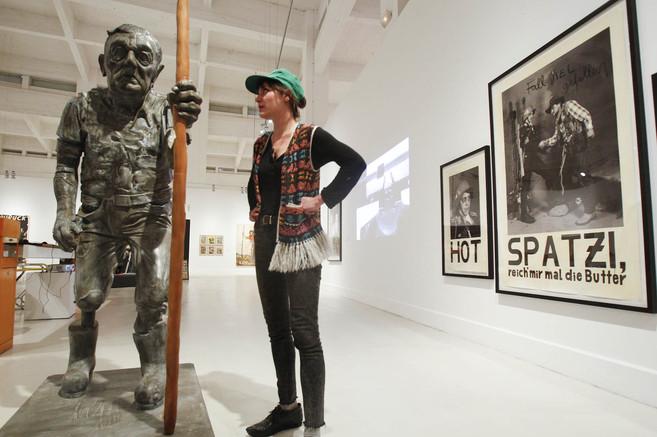 La artista Kati Heck posa en su exposición del CAC Málaga.