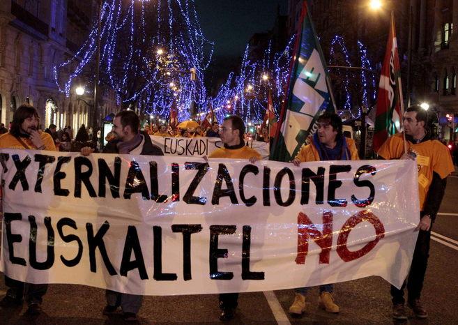 Los trabajadores de Euskaltel se manifiestan en Bilbao.