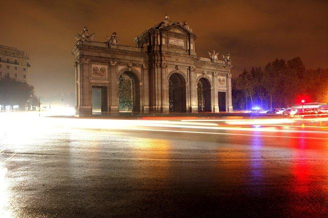 La Puerta de Alcalá apagada por la huelga de alumbrado.