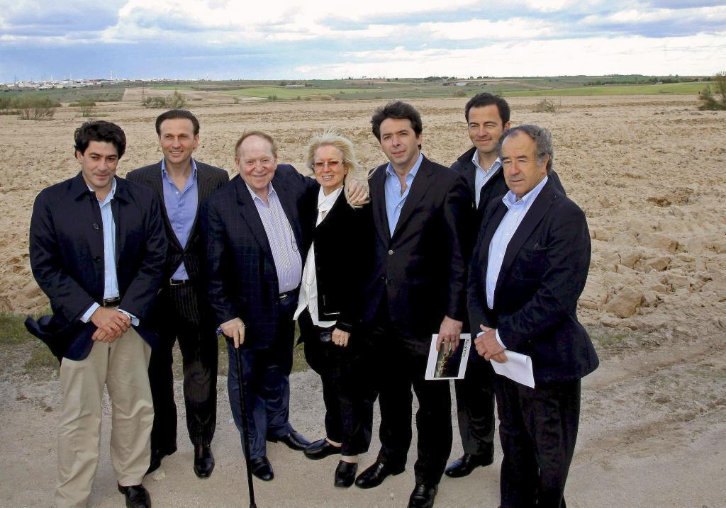 Sheldon Adelson, con su mujer y varios miembros del gobierno regional,...