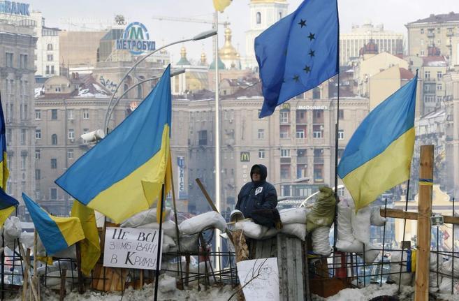 Un manifestante proeuropeo, en una barricada de la plaza de la...
