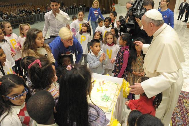 El Papa, este sábado, rodeado de niños en el Vaticano.