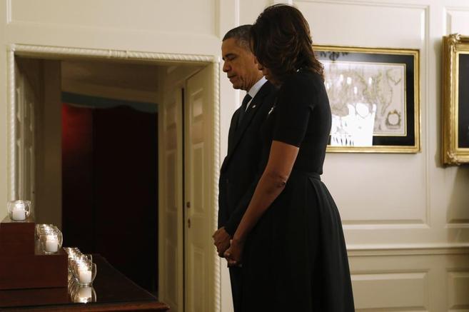 Obama y su mujer, tras encender las 26 velas en honor de los muertos.