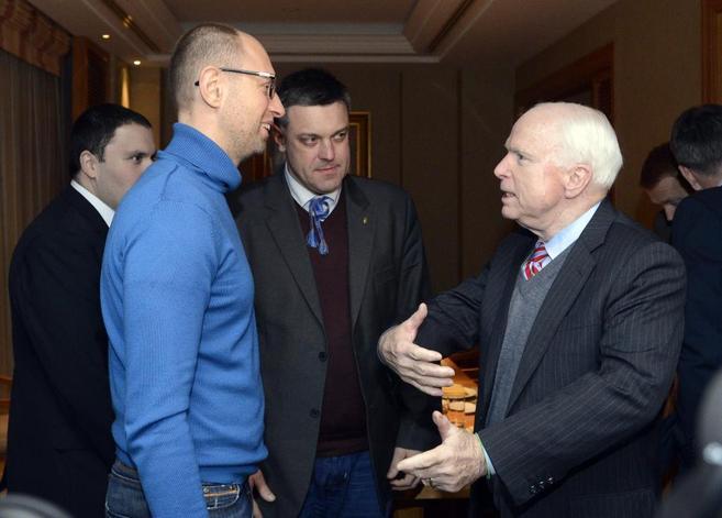 El senador McCain habla con el líder de la oposición ucraniana,...