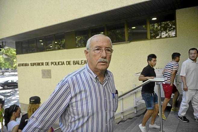 Miquel Llinàs, a su llegada a la Jefatura de Policía de Palma, el...