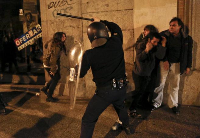 Un policía propina porrazos a un manifestante en los disturbios de la...