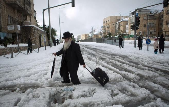 Un judío ultraortodoxo intenta cruzar una calle en Jerusalén tras la...