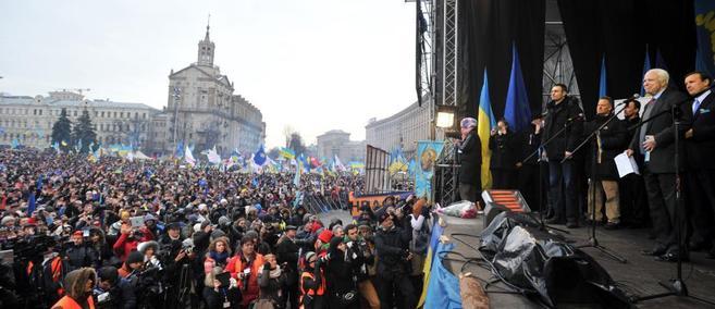McCain se dirige a los 'indignados' ucranianos, este...