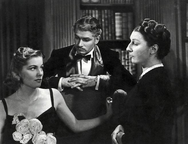 Joan Fontaine, Laurence Olivier y Judith Anderson, en una escena de la...