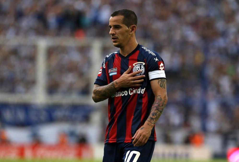 Leandro 'Pipi' Romagnoli abandona el terreno de juego al ser...