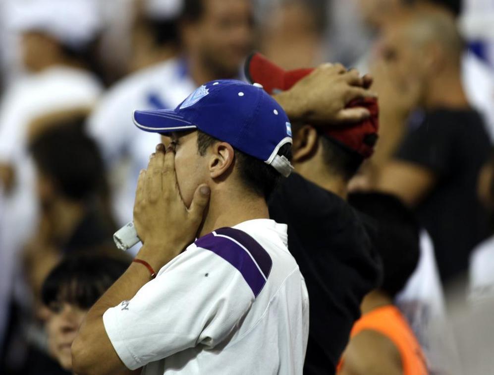 Los aficionados de Vélez se lamentan tras haber perdido el...