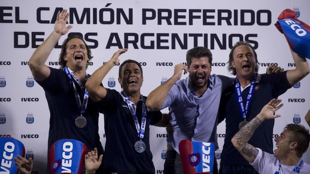 Pizzi y su cuerpo técnico celebran el campeonato junto a Matías...