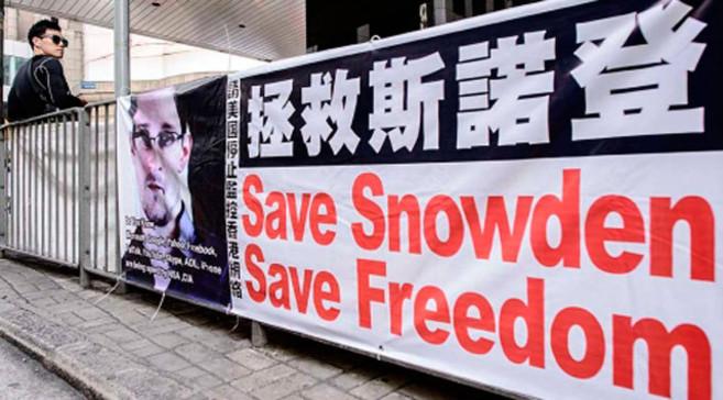 Pancarta en favor de Edward Snowden colocada en una calle de Hong...