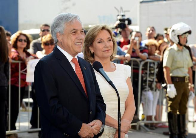 Sebastian Piñera junto a su esposa Cecilia Morel durante las...
