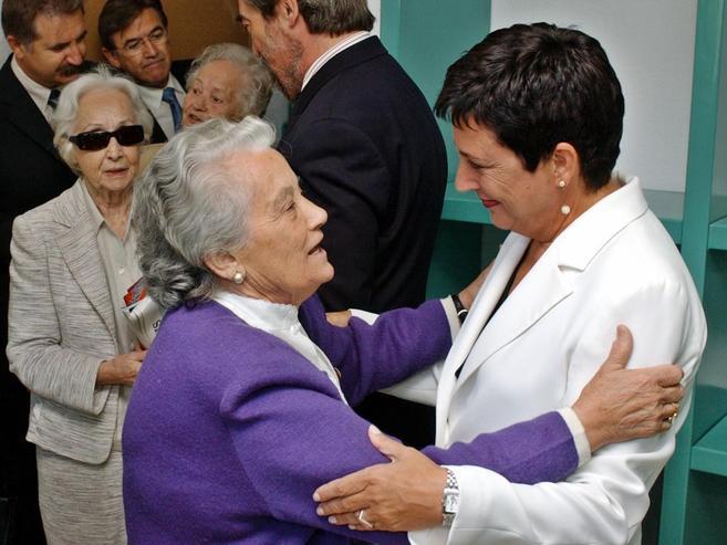 Nieves Torres (de violeta), con la entonces directora de Instituciones...