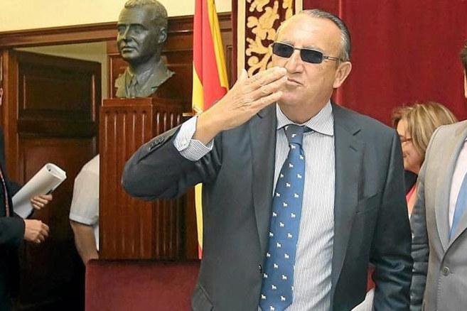 Carlos Fabra, con gesto de despedida, en la Diputación de Castellón.