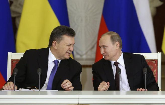 El presidente ucraniano, Victor Yanukovich (izda.), y el presidente...