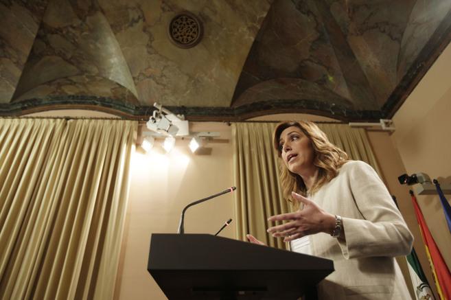 La presidenta de la Junta, Susana Díaz, atiende a los medios de...
