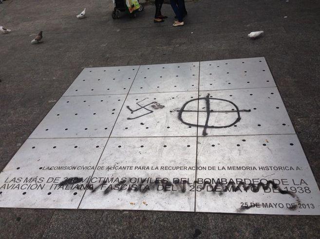 Pintadas fascistas sobre el monumento a las víctimas del bombardeo...