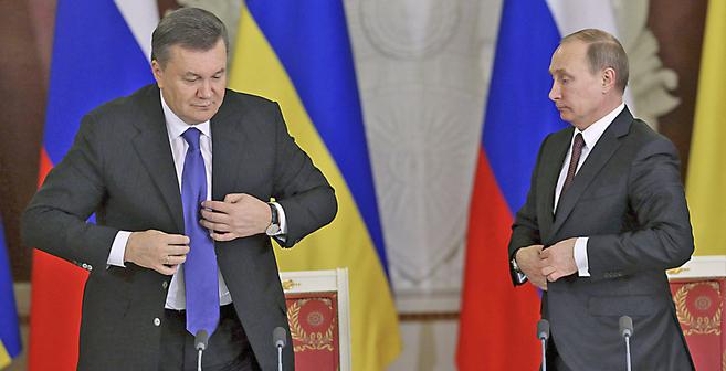 Viktor Yanucovich (izqda.) y Vladimir Putin en una reunión celebrada...