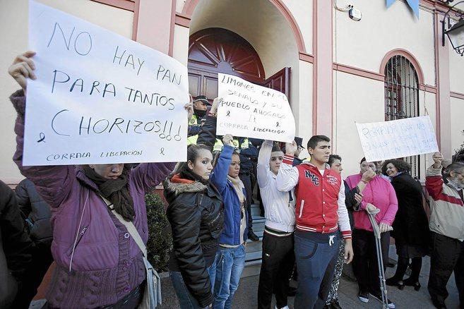 Concentración de protesta a las puertas del Ayuntamiento de Alcalá...