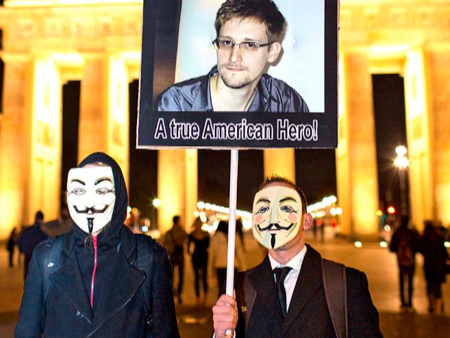 Activistas de Anonymous, durante un acto de apoyo a Snowden en...