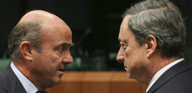 Luis de Guindos charla con el presidente del BCE, Mario Draghi.