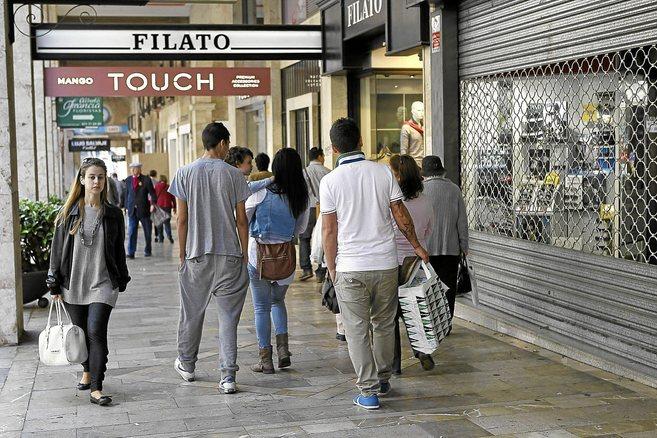 . Ciudadanos pasean por una de las calles comerciales de Palma.
