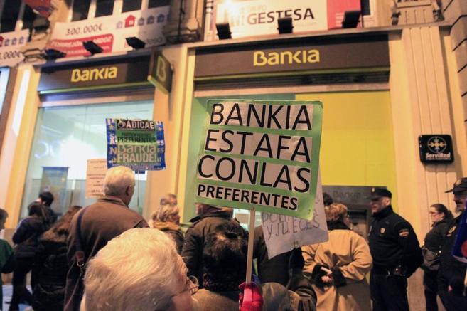Afectados por las participaciones preferentes protestan ante una...