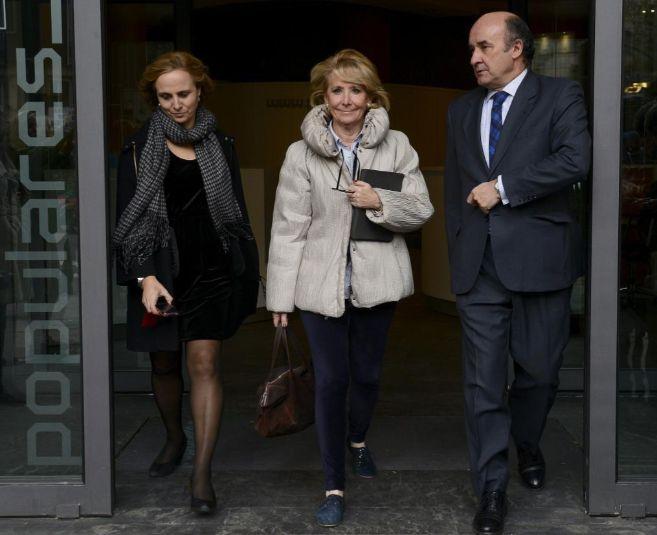 Esperanza Aguirre sale de la sede del PP en la calle Génova.