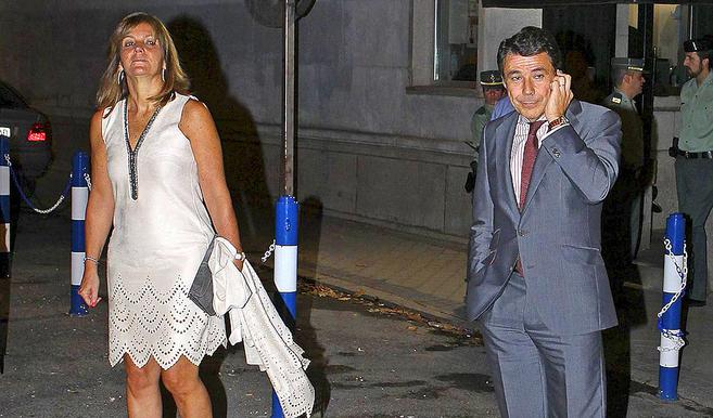 Lourdes Cavero, con vestido blanco, e Ignacio González, de traje, por...