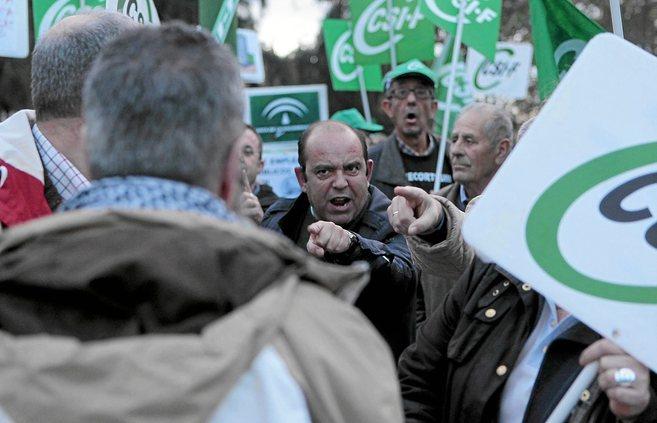Momento de crispación durante la protesta de funcionarios andaluces a...