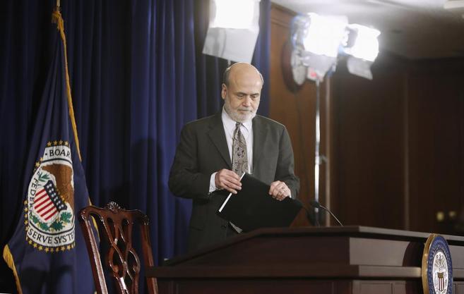 El presidente de la Fed, Ben Bernanke, anuncia la primera retirada de...