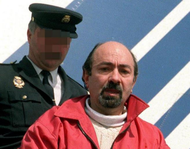 El etarra Caride Simón, trasladado por la Policía.