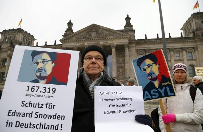 Un manifestante pide asilo para Snowden ante el Reichstag de Berlín.
