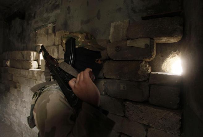 Un miembro del grupo armado ISIS en el barrio de Sheij Said (Alepo).