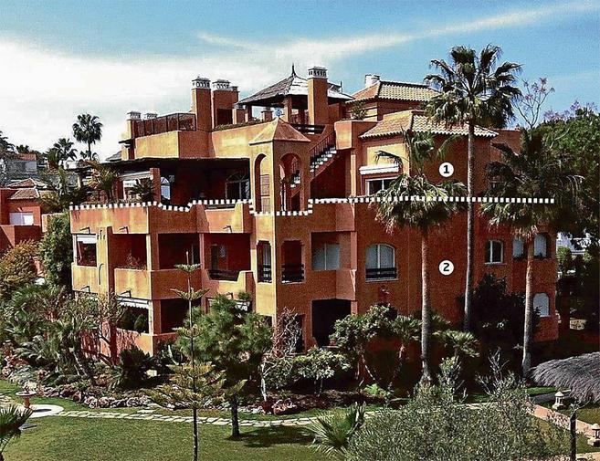 Vista del ático (1) de Guadalmina (Málaga) y la vivienda de la hija...
