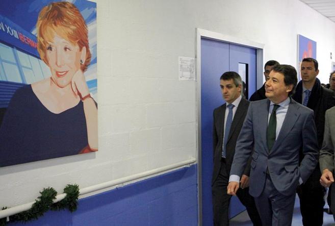Ignacio González este miércoles, observa en un centro de día un...