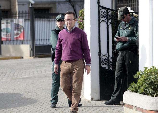 Francisco Amores acompañado por la Guardia Civil tras ser destituido...